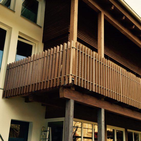 Balkongeländer mit Holzfüllung
