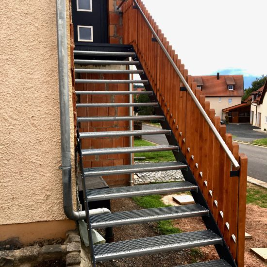 Treppe mit Holzgeländer